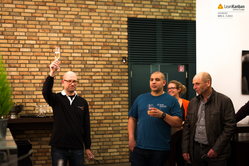 Arne (links) eröffnet die Konferenz